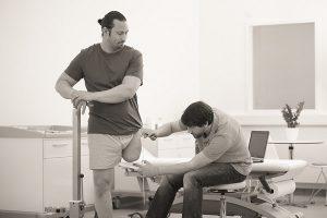 Instrumentmaker meet een koker aan bij man met beenamputatie