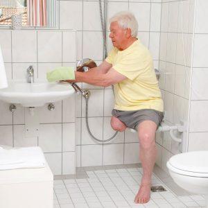 Man in douche voor stompverzorging