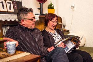 Ervaringsdeskundige Martine en haar man Gilbert zitten samen op de bank
