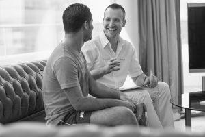 Twee mannen in gesprek: instrumentmaker en prothesegebruiker met bovenbeenprothese