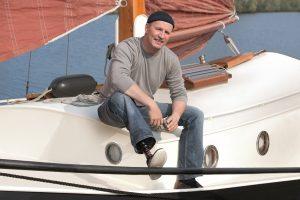 Man met prothesevoet Triton van Ottobock op zijkant van schip