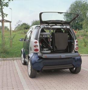 Aangepaste auto met rolstoel achterin