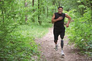 Man met protheseknie Genium X3 van Ottobock hardlopen