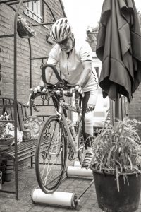 Ervaringsdeskundige Peter aan het trainen op wielrenfiets