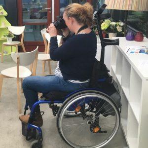 Ervaringsdeskundige Ingrid in rolstoel aan het fotograferen