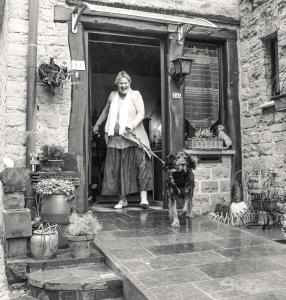 Cécile met hond in deuropening