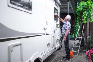 Peter wast zijn camper