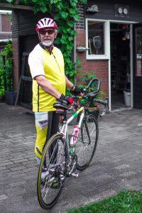 Ervaringsdeskundige Peter staat naast zijn wielrenfiets