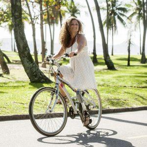 Beenamputatie - Vrouw met beenprothese op fiets