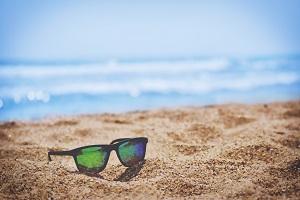 Vakantie met prothese - Zonnebril op strand