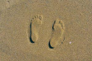 Voetafdrukken in zand