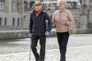 Man met prothesevoet Terion K2 wandelt samen met zijn vrouw door oude stad